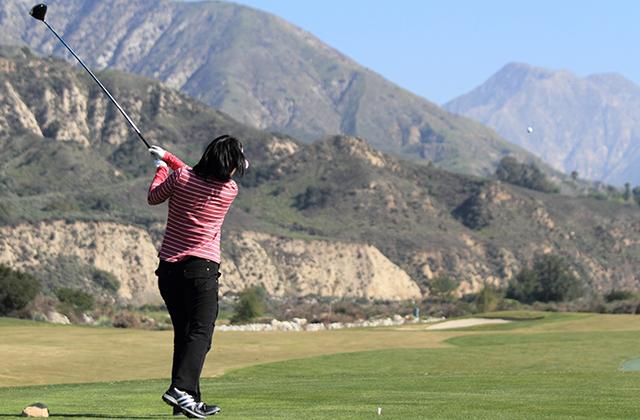 強いインパクトを生み出して飛距離を伸ばす、ゴルフのドライバーショットの打ち方
