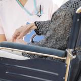 介護業界は資格なしでも働けるけれど、資格を持っていたほうが待遇がよくなるって本当?