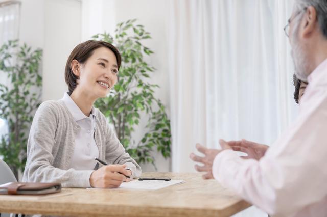 【2021年度版】社会福祉士になるには? 国家試験の受験資格や合格率、取得後の仕事内容などを徹底分析